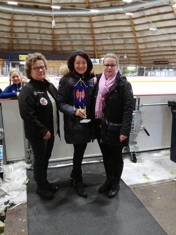Maaretia onnittelemassa seurasihteeri Erja Naskali sekä puheenjohtaja Heidi Mattila