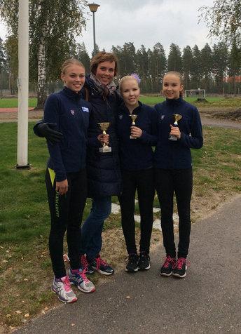 Junior A -sarjan mitalikolmikko ja valmentaja Susanna