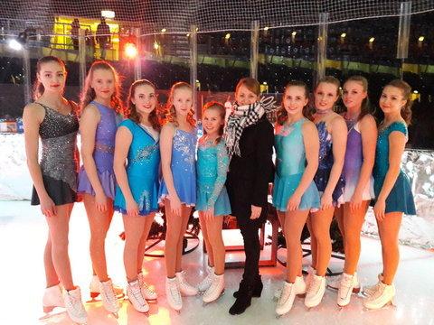 Kilparyhmä 1:n tytöt ja valmentaja Tia näytöksen jälkeen