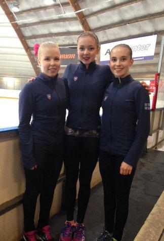 Junioritytöt Pinja, Petra ja Ella yhtä hymyä vapaaohjelmakilpailun jälkeen