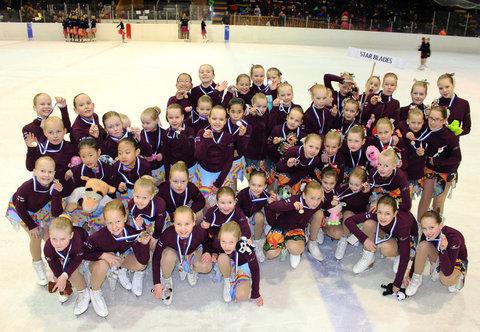 IceBlades ja StarBlades mitalitunnelmissa palkintojenjaon jälkeen