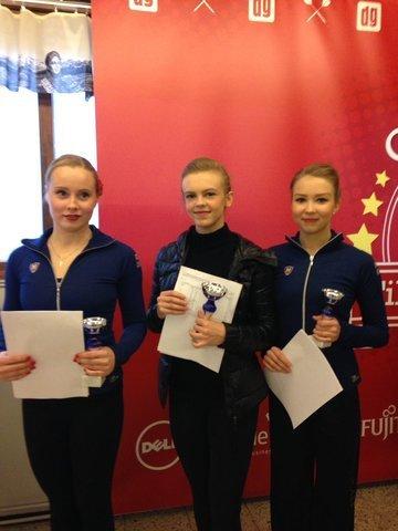 Naisten mitalikolmikko Emmi Peltonen (kesk.), Hanna Kiviniemi ja Joanna Kallela