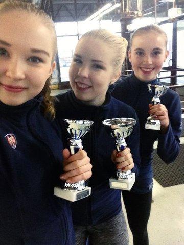 Junior A -sarjan mitalikolmikko Joanna (vas.), Pinja ja Ella